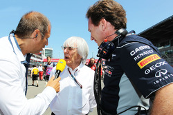 (L naar R): Kai Ebel, RTL TV-presentator met Bernie Ecclestone, CEO Formula One Group, en Christian Horner, Teambaas Red Bull Racing