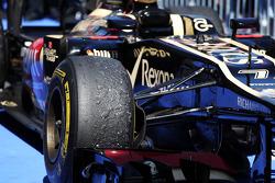 Worn Pirelli tyre on the Lotus F1 E21 of Kimi Raikkonen, Lotus F1 Team