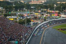 Kyle Busch, Joe Gibbs Racing Toyota, Matt Kenseth, Joe Gibbs Racing Toyota, et le reste du peloton