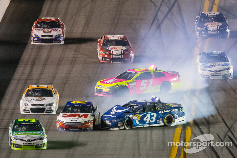 A.J. Allmendinger, Phoenix Racing Chevrolet en Aric Almirola, Richard Petty Motorsports Ford crash