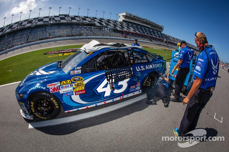 De auto van Aric Almirola, Richard Petty Motorsports Ford met problemen in de kwalificatie