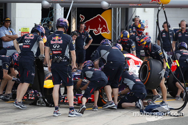 Antonio Felix da Costa, Red Bull Racing RB9 Test Driver oefent een pitstop