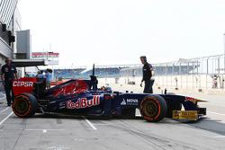 Carlos Sainz Jr., Scuderia Toro Rosso STR8 Test Driver verlaat de pits