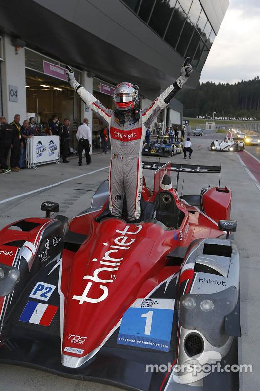 Racewinnaar Pierre Thiriet viert het resultaat