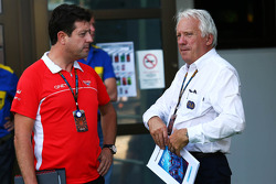 (L naar R): Dave O'Neill, Marussia F1 Team Manager met Charlie Whiting, FIA Delegate