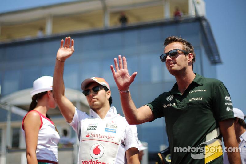 (L naar R): Sergio Perez, McLaren en Giedo van der Garde, Caterham F1 Team bij de rijdersparade