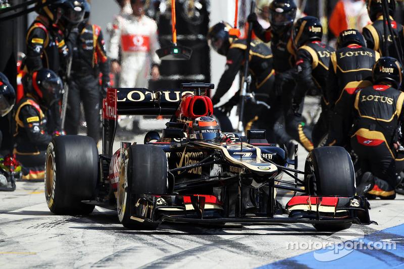 Kimi Raikkonen, Lotus F1 E21 makes a pit stop