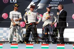 O pódio: vencedor Lewis Hamilton, Mercedes AMG F1; Kimi Raikkonen, Lotus F1 Team, segundo; Sebastian Vettel, Red Bull Racing, terceiro; Martin Brundle, Sky Sports