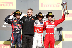 Подиум: второе место Себастьян Феттель, Red Bull Racing, Мартин Уитмарш, начальник команды, McLaren, победитель гонки Льюис Хэмилтон, McLaren, третье место Фернандо Алонсо, Ferrari
