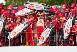 Podium: les vainqueurs Alexandre Prémat, Scott McLaughlin, DJR Team Penske, les deuxièmes Jamie Whincup , Paul Dumbrell, Triple Eight Race Engineering Holden, les troisièmes Shane van Gisbergen, Matt Campbell, Triple Eight Race Engineering Holde