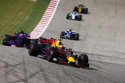 Max Verstappen, Red Bull Racing RB13, Daniil Kvyat, Scuderia Toro Rosso STR12