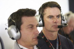Le Champion NASCAR Jeff Gordon dans le garage Mercedes