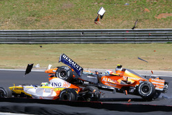 Sakon Yamamoto, Spyker F8-VII runs into the back of Giancarlo Fisichella, Renault R27