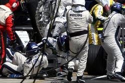 Kazuki Nakajima, Williams FW29 hits his mechanics in the pitstop
