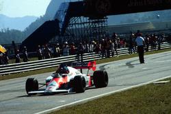 Alain Prost, McLaren MP4/2, sous le drapeau à damier