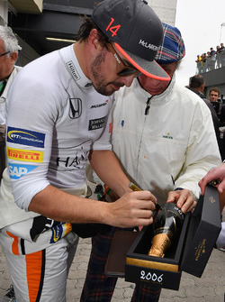 Fernando Alonso, McLaren signs a champagne bottle for Jackie Stewart (GBR)