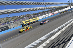 Landon Cassill, Front Row Motorsports Ford and Denny Hamlin, Joe Gibbs Racing Toyota
