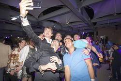 Шарль Леклер святкує разом зі своєю командою Prema Powerteam