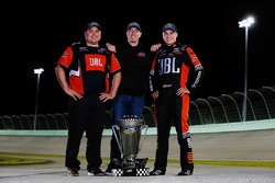 Campeón 2017 Christopher Bell, Kyle Busch Motorsports Toyota, jefe de equipo Ryan Fugle, dueño de equipo Kyle Busch