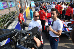 TV Pundit Dario Franchitti, talks to Felix Rosenqvist, Mahindra Racing, on the grid