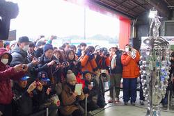 Fans mit der Borg-Warner-Trophy