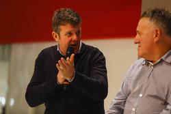 Mark Higgins et des représentants d'Albatec Racing parlent à Henry Hope-Frost sur la scène Autosport