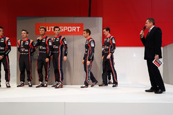 Piloti Hyundai WRC sull'Autosport Stage, inclusi Thierry Neuville , Hayden Paddon e Andreas Mikkelsen