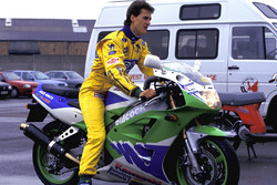 Гонщик Benetton Михаэль Шумахер на мотоцикле Kawasaki ZXR400