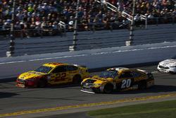 Joey Logano, Team Penske Ford Fusion, Erik Jones, Joe Gibbs Racing Toyota Camry