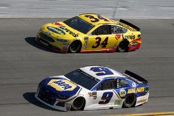 Chase Elliott, Hendrick Motorsports Chevrolet Camaro Michael McDowell, Front Row Motorsports Ford Fusion