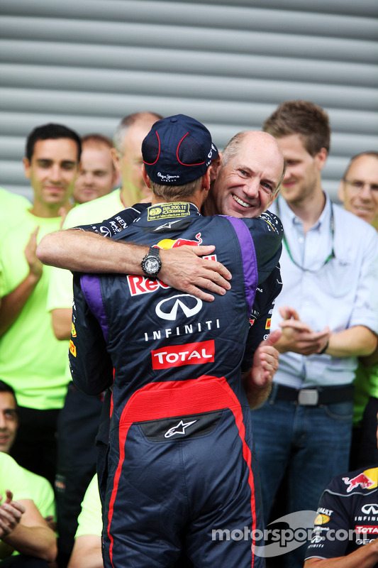 O vencedor Sebastian Vettel, Red Bull Racing comemora com Adrian Newey, Red Bull Racing Chief Technical Officer e the team
