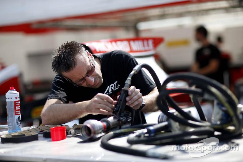 ART Grand Prix monteur aan het werk