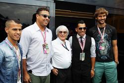 (L naar R): Ronaldo, ex-voetballer met Bernie Ecclestone, CEO Formula One Group en Fernando Llorente, voetballer Juventus FC