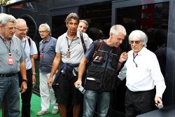 Bernie Ecclestone, CEO Formula One Group, met Danny Reinhard, fotograaf