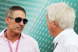 (L naar R): Mick Doohan, voormalig wereldkampioen motoren (500cc) met Charlie Whiting, FIA Delegate