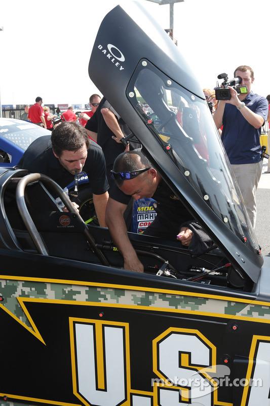 Jimmie Johnson visita Charlotte Motor Speedway