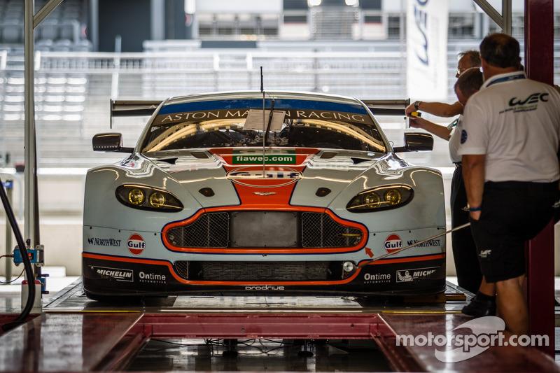 #98 Aston Martin Racing Aston Martin Vantage V8 bij de technische keuring
