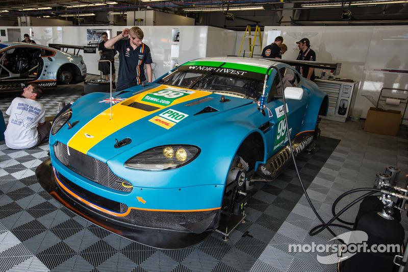 #99 Aston Martin Racing Aston Martin Vantage V8 met een nieuwe livery
