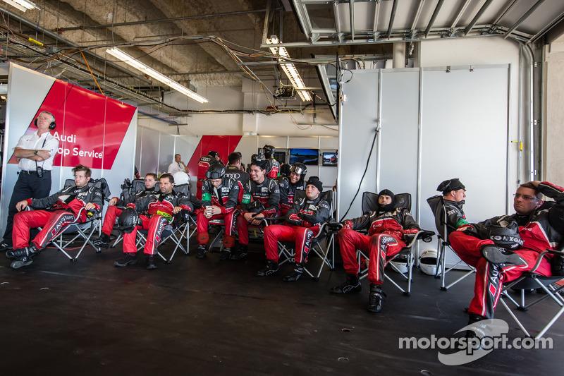 Audi Sport Team Joest teamleden bekijken de race