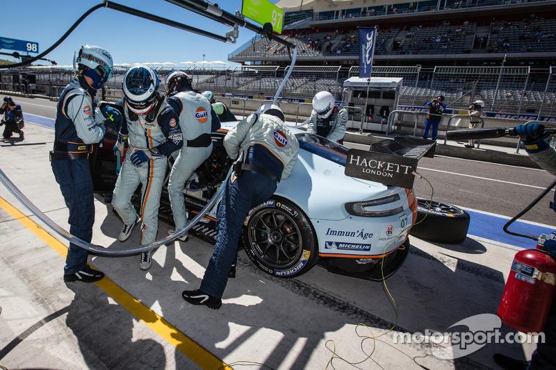 Pit stop for #97 Aston Martin Racing Aston Martin Vantage V8: Stefan Mücke, Darren Turner, Oliver Gavin