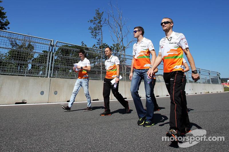 (L naar R): James Calado, Derde rijder Sahara Force India loopt op het circuit met Gianpiero Lambiase, Sahara Force India F1 Engineer en Paul di Resta, Sahara Force India F1