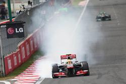 Sergio Pérez, McLaren MP4-28 se bloque en la curva 1