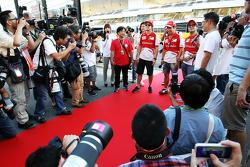 (L naar R): Fernando Alonso, Ferrari met Kamui Kobayashi, Ferrari en Felipe Massa, Ferrari