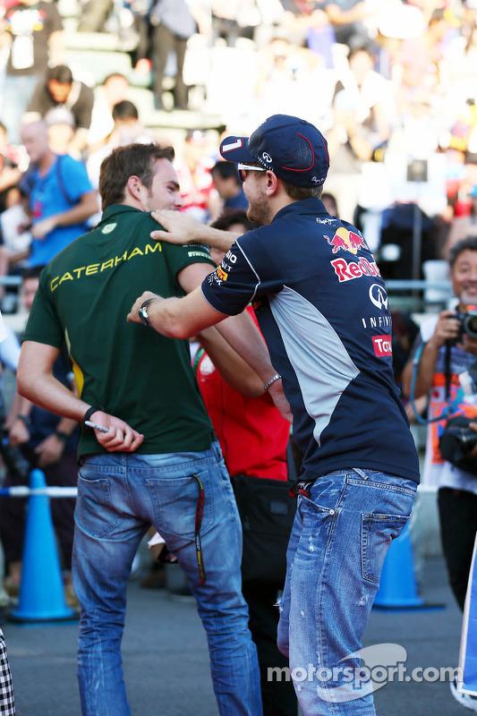 Sebastian Vettel, Red Bull Racing e Giedo van der Garde, Caterham F1 Team