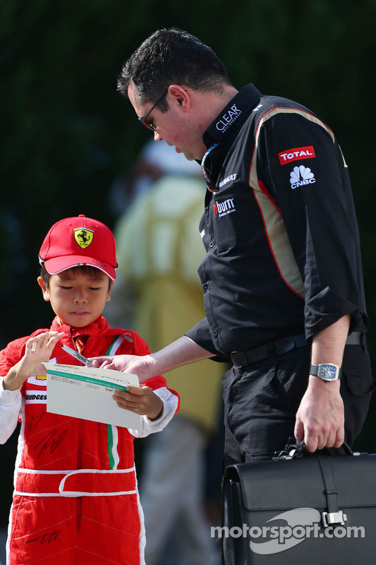 Eric Boullier, Lotus F1 Team Principal signs autographs for the fans