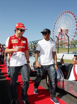 Fernando Alonso, Ferrari y Lewis Hamilton, Mercedes AMG F1 en el desfile de pilotos