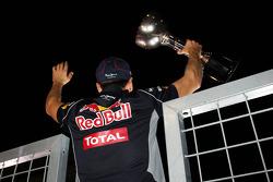 O vencedor Sebastian Vettel, Red Bull Racing comemora com o torcida após a corrida