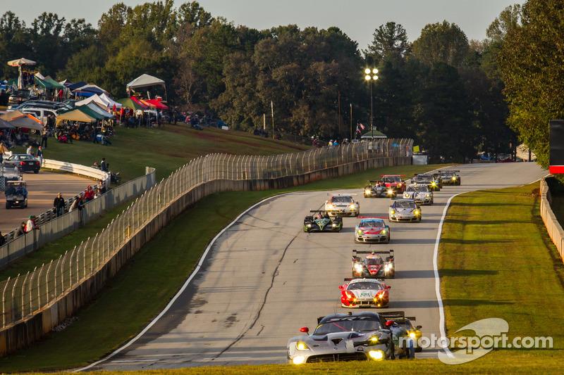 #91 SRT Motorsports SRT Viper GTS-R: Dominik Farnbacher, Marc Goossens, Ryan Dalziel voert een groepje auto's aan
