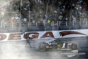 Race winner Jamie McMurray, Earnhardt Ganassi Racing Chevrolet
