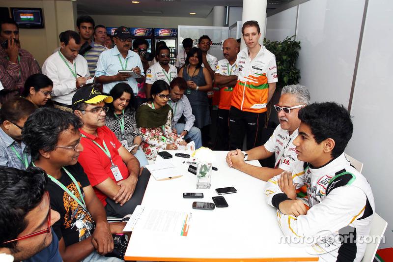 (L naar R): Dr. Vijay Mallya, Eigenaar Sahara Force India F1 en Jehan Daruvala, Sahara Force India Academy-coureur, winnaar van het British KF3 Karting Championship, met de media